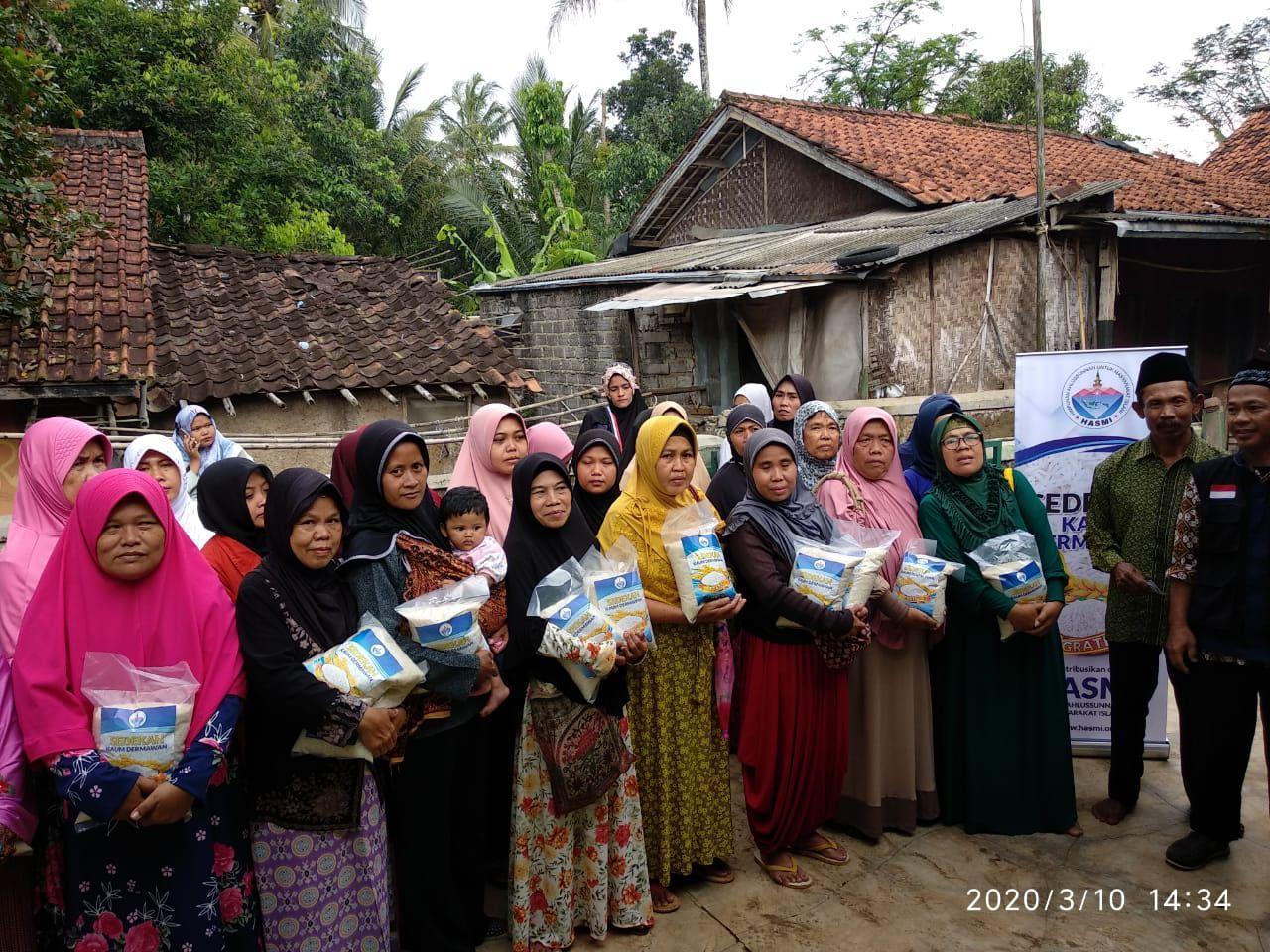 Pangan dan Mushaf Al-Quran untuk Mualaf di Kampung Rawa Selang Cianjur
