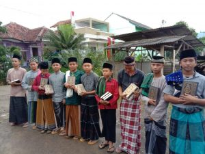Bagi-bagi Al-Quran untuk Anak Pengajian Tajur Halang Bogor