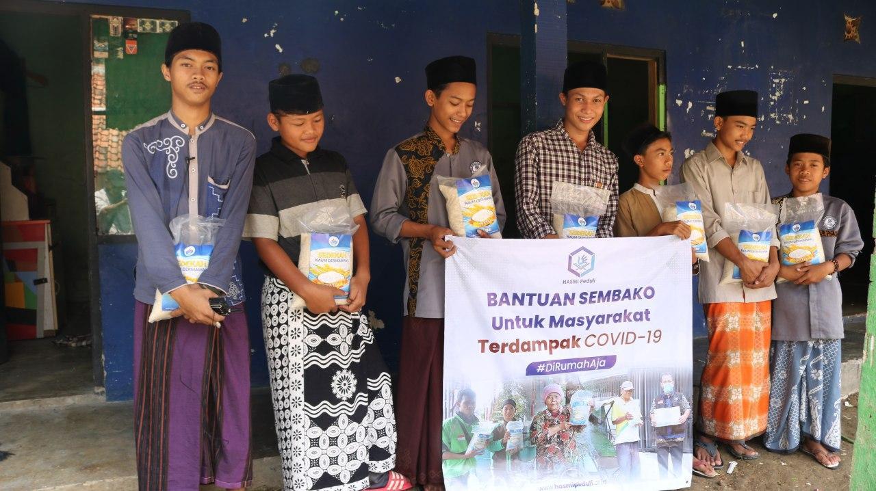 Hasmi Berbagi Sembako untuk Santri Miftahul Quran Bogor