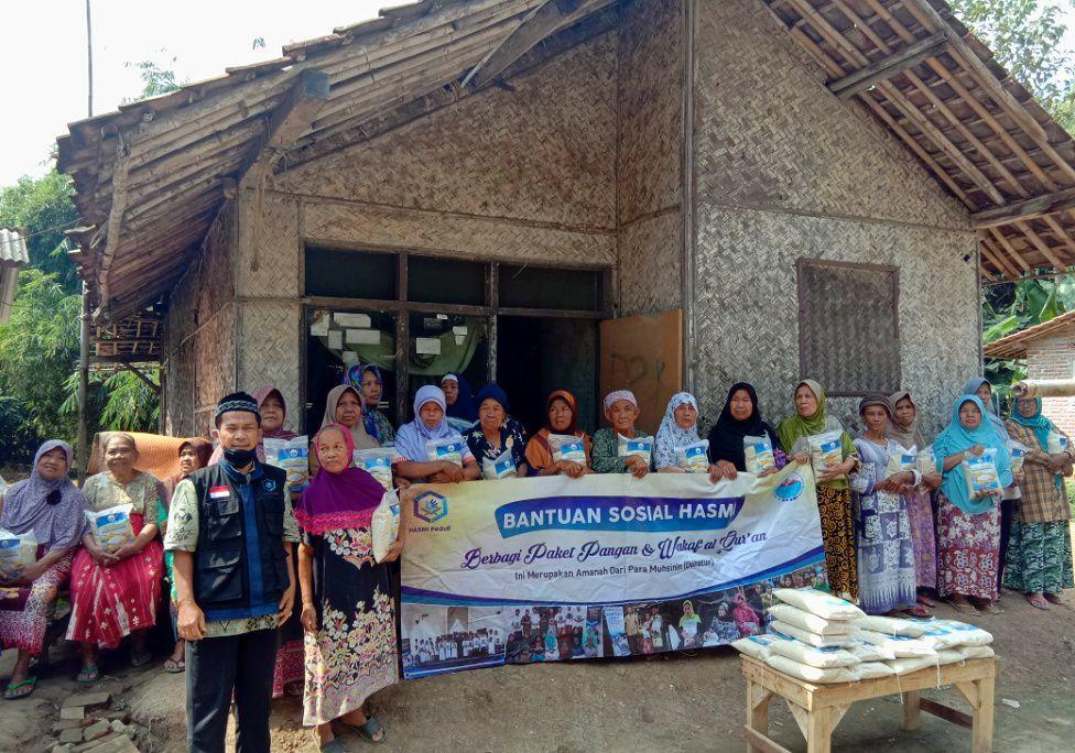 Hasmi Berbagi Bantuan Pangan dan Mushaf Al-Qur'an di Subang Jawa Barat