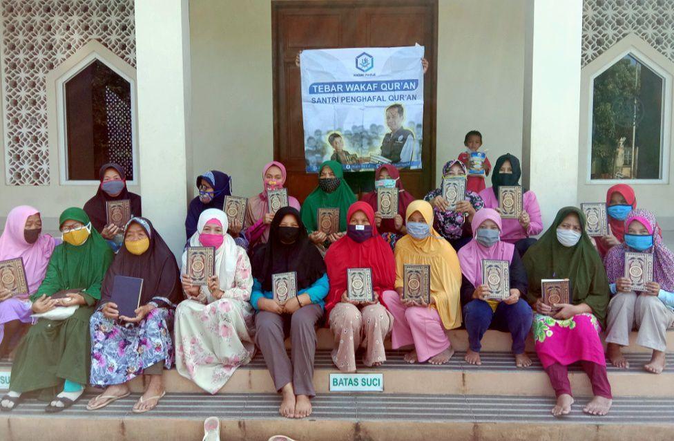 Bantuan Pangan dan Mushaf Al-Qur'an dari HASMI untuk Warga Terkena Dampak Covid 19 Tajur Halang Bogor