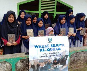 Berbagi Bantuan Mushaf dan Pangan di Garut