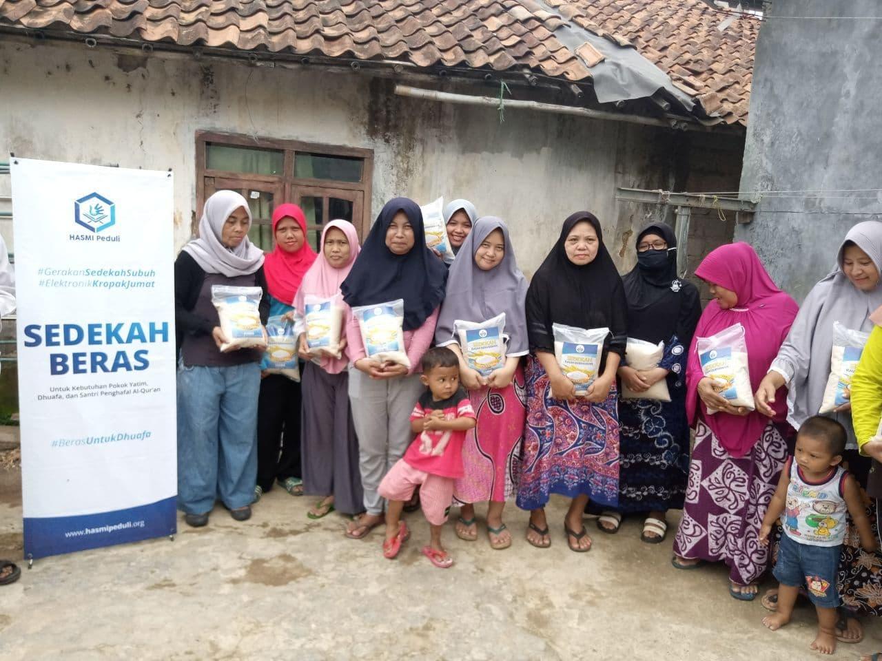Distribusi Paket Beras ke Kampung Cibanteng Bogor