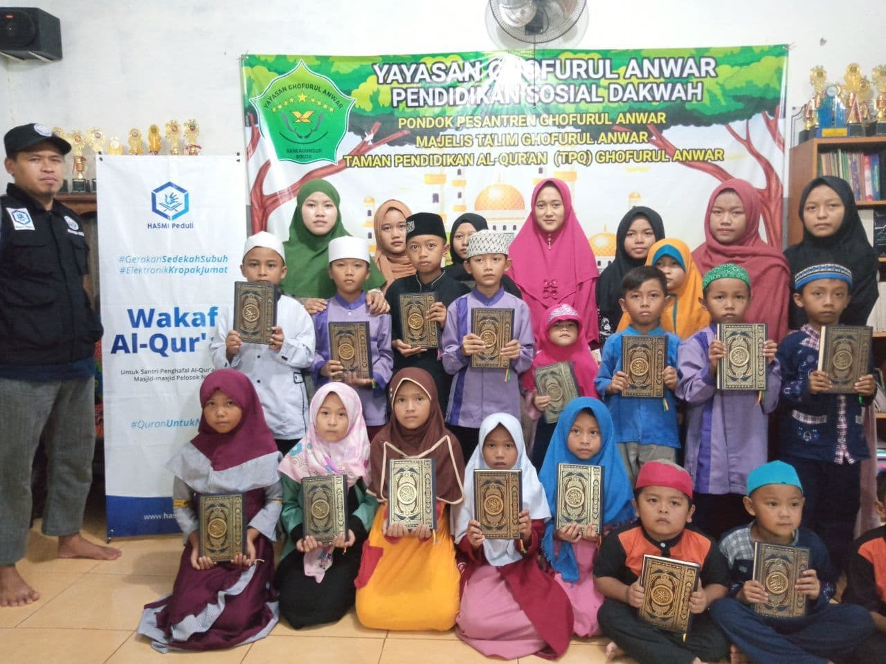 Distribusi Mushaf Al-Qur'an ke Ponpes Ghofurul Anwar Bogor