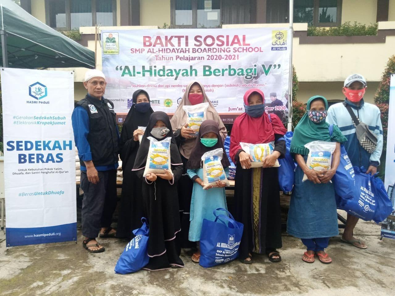 Bantuan Pangan untuk Masyarakat Lingkungan Sekitar SMPIT Al-Hidayah Bogor