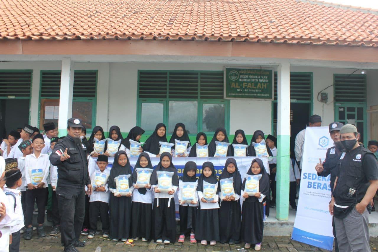 Bantuan Paket Beras untuk Santri Madrasah Al-Falah Serang Banten