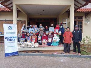 Bantuan Paket Beras untuk Warga Sekitar Masjid Al-Firdaus