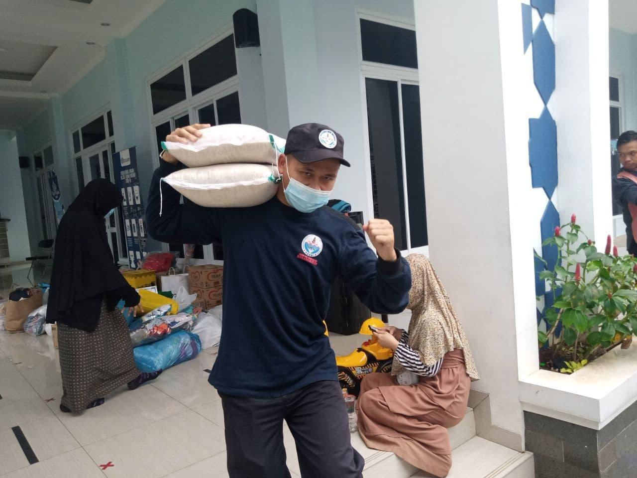 Bantuan untuk Warga Pengungsi Korban Banjir Bandang