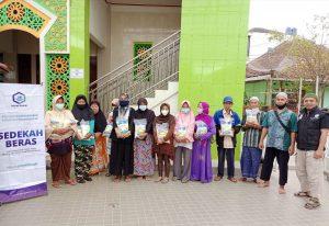 Sedekah Beras untuk Masyarakat Dhuafa Sekitar Masjid Al-Islah