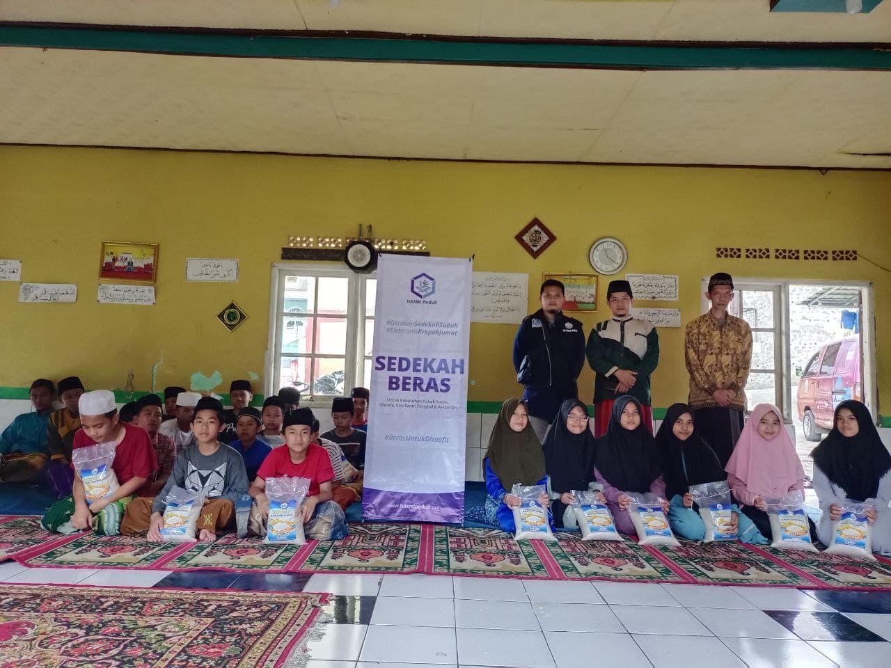 Sedekah Beras dan Wakaf Al-Quran untuk Pondok Pesantren Riyadul Muta'allimin Cimahpar